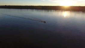 Río y pescadores en barco inflable almacen de metraje de vídeo