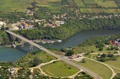 Río y puente de la visión aérea fotos de archivo libres de regalías
