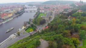Río y puentes de Praga, tráfico de agua, coches, edificios viejos metrajes