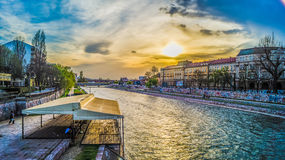 Río y puesta del sol imagenes de archivo
