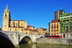 Río y San Anton Church de Nervion en Bilbao, España Fotografía de archivo