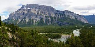 Río y soporte Rundle del arco en el parque nacional de Banff Imágenes de archivo libres de regalías