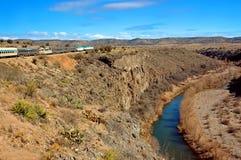 Río y tren de la barranca de Verde Imagen de archivo