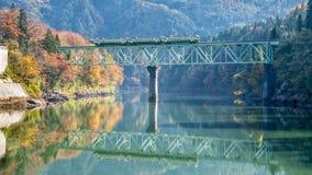 Río y tren de Tadami Fotos de archivo
