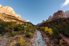 Río y vigilante View, Zion National Park, cielo azul, Utah fotos de archivo
