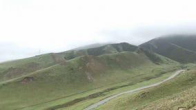 Ríos de la montaña de la madrugada debajo de la niebla imagen de archivo libre de regalías