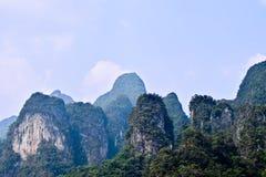 Ríos y montaña hermosos, atracciones naturales en la presa de Ratchapapha Fotografía de archivo