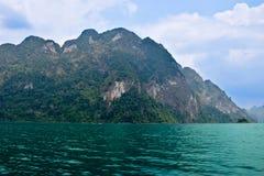 Ríos y montaña hermosos, atracciones naturales en la presa de Ratchapapha Imágenes de archivo libres de regalías