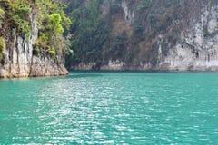 Ríos y montaña hermosos, atracciones naturales en la presa de Ratchapapha Fotografía de archivo libre de regalías