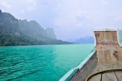 Ríos y montaña hermosos, atracciones naturales en la presa de Ratchapapha Imagenes de archivo