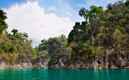 Ríos y montaña hermosos, atracciones naturales en la presa de Ratchapapha Imagen de archivo libre de regalías