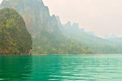 Ríos y montaña hermosos, atracciones naturales en la presa de Ratchapapha Foto de archivo libre de regalías