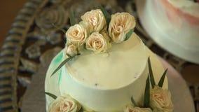 róż ciasta poślubić Piękny duży ślubny tort z trzy kondygnacją dekorował czułymi słodkimi różami plenerowy biel zdjęcie wideo