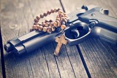 Różańcowi koraliki i pistolet Fotografia Royalty Free