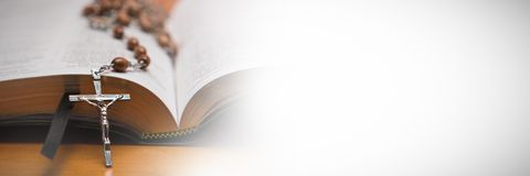 Różańcowi koraliki odpoczywa na otwartej biblii Zdjęcia Stock