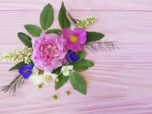 Róża bukieta projekta rocznika sezonu piękna rama na różowym drewnianym tło jaśminie, magnolia Obrazy Stock