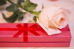 Róża i prezenta pudełko fotografia royalty free