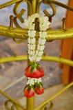 Różana girlanda wreathe na mosiężnym słupie Fotografia Stock