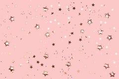 Różane złociste dekoracje na różowym pastelowym tle obraz stock