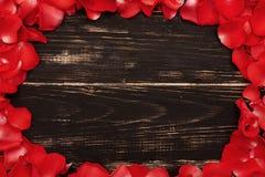 Różani płatki na drewnianym rocznika tle Zdjęcia Royalty Free
