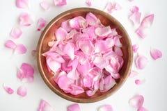 Różani płatki w miedzianym talerzu Obrazy Royalty Free