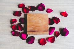 Różani płatki z kwadratowy drewnianym Zdjęcia Royalty Free