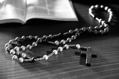Różaniec i biblia na drewnianym stole fotografia royalty free