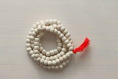 Różaniec lub koraliki od świętego drzewa Tulasi z czerwoną kitką fotografia royalty free