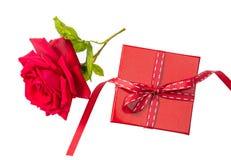 Różany czerwony kwiat z zielenią opuszcza na białym tle i czerwony prezent skóry pudełko odizolowywający, odgórny widok Zdjęcie Royalty Free