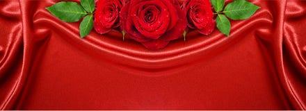 Różany kwiatu przygotowania na czerwonym atłasie Obraz Royalty Free