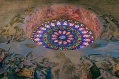 Różany witrażu okno w Todi katedrze z frescoes Il gi obrazy stock