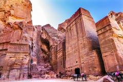 Różanych rewolucjonistki skały grobowów Popołudniowa ulica fasady Petra Jordania Obraz Stock