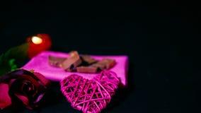 Róże i świeczki palenie dla słodkiej moment walentynki footage zbiory