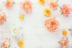 Róże na nieociosanym drewnianym stole zdjęcia royalty free