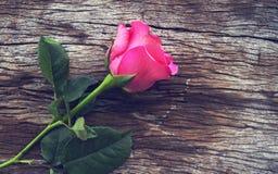 Róże na starej drewnianej desce, walentynka dnia tło, ślubny da Zdjęcie Stock
