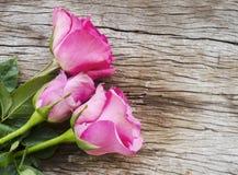 Róże na starej drewnianej desce, walentynka dnia tło, ślubny da Obrazy Royalty Free