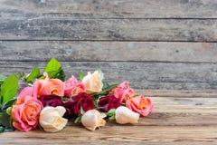 Róże na starym drewnianym stole Obrazy Royalty Free