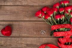 Róże, pierścionek i czerwony serce, walentynka dnia tło, poślubia Zdjęcia Royalty Free
