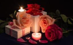 Róże, prezenty i świeczki, Zdjęcia Stock