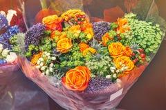 Róże różowe nowożytne rozmaitość z hortensją i kwiatami Alstroemeria w bukiecie w łozinowym koszu jako prezent Selekcyjny foc fotografia stock