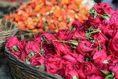 Róże w koszu dla sprzedaży obraz stock