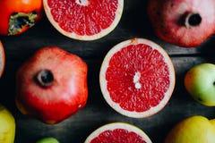 Różna świeża cytrus owoc w koszu na drewnianym tle Obrazy Royalty Free