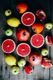 Różna świeża cytrus owoc w koszu na drewnianym tle Obraz Royalty Free