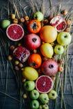 Różna świeża cytrus owoc w koszu na drewnianym tle Zdjęcia Stock