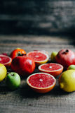 Różna świeża cytrus owoc w koszu na drewnianym tle Fotografia Royalty Free