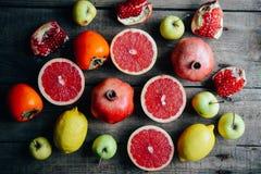 Różna świeża cytrus owoc w koszu na drewnianym tle Zdjęcie Stock