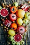 Różna świeża cytrus owoc w koszu na drewnianym tle Zdjęcie Royalty Free