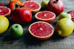 Różna świeża cytrus owoc w koszu na drewnianym tle Obraz Stock