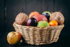 Różna świeża cytrus owoc w koszu na drewnianym tle Obrazy Stock