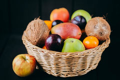 Różna świeża cytrus owoc w koszu na drewnianym tle Zdjęcia Royalty Free